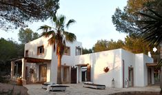 This beautiful Mediterranean home is situated on the island of Formentera in the Mediterranean Sea off the coast of Spain. With rustic modern charm, this home exudes … Spanish Style Homes, Spanish House, Adobe Haus, Hotel Am Meer, Design Exterior, Desert Homes, Mediterranean Homes, Modern House Design, Villa Design