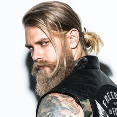 Man Bun + Long Beard - Best Men's Hairstyles: Cool Haircuts For Guys New Long Hairstyles, Mens Hairstyles 2018, Popular Mens Hairstyles, Cool Hairstyles For Men, Haircuts For Long Hair, Long Hair Cuts, Men's Haircuts, Men's Hairstyles, Modern Mens Haircuts