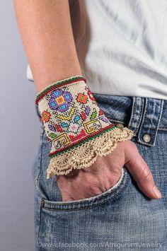 Este brazalete pulsera única es ganchillo y bordadas de hilo de algodón 100% con colores resistentes. La base es de ganchillo de hilo de
