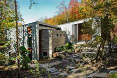 Résidence CEDRUS par l'Atelier d'architecture BOOM TOWN; Harrington, Québec. Photo :Angus McRitchie. Source : BOOM TOWN / v2com.