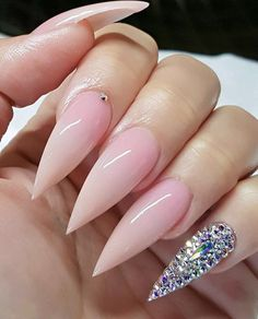 If you're looking for a bold look, stiletto nails are your best choice. The trend of stiletto nails is hard to ignore. Whether you like it or not, stiletto nails will stay. Stiletto nails are cool and sexy, but not everyone likes them. Bling Stiletto Nails, Simple Stiletto Nails, Pink Nails, Gel Nails, Coffin Nails, Acrylic Nails Stiletto, Pink Coffin, Claw Nails, Pastel Nails