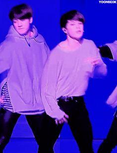 Me muerooooo en Jimin eres tan sexy ❤️❤️❤️ Taehyung, Bts Bangtan Boy, Bts Jimin, Jikook, Yoonmin, Busan, Bts Home Party, Bts Gifs, Sexy Gif