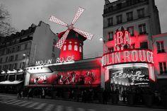 Terminamos el día en #París paseando por la zona del #MoulinRouge. #elviajemehizoami #loveParis #leFrance #Francia #MolinoRojo