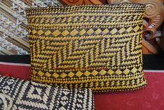 Flax Weaving, Basket Weaving, Flax Fiber, Maori Designs, Maori Art, Weaving Patterns, Surface Pattern, Projects To Try, Woven Bags