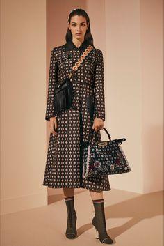 Guarda la sfilata di moda Fendi a Milano e scopri la collezione di abiti e accessori per la stagione Pre-Collezioni Autunno-Inverno 2017-18.