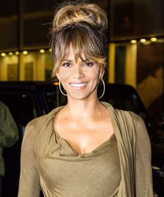 https://www.yahoo.com/news/halle-berry-shows-off-her-210000342.html