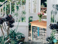 "deTaller | Mesa ""Tocinera"". Mesa de madera de pino natural tratada con aceite de linaza y cera de abeja. Detalles en color verde azulado."
