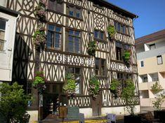 Châlons-en-Champagne: Maison à pans de bois abritant l'office de tourisme, façade décorée de fleurs - France-Voyage.com