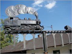 Dreht sich im Wind: Aus Kupfer geferigte Original-Nachbau-Lok als Windfahne