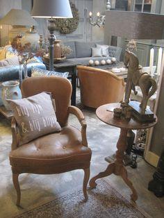 Chique cognac stoel met kussen van Zuss met leuke tekst erop! bijzettafel met paard en waxinelichtjes, less is more...
