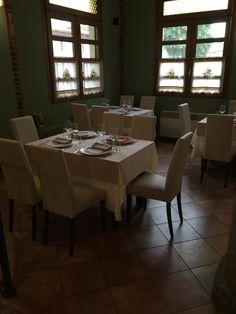 """www.mobilificiomaieron.it - https://www.facebook.com/pages/Arredamenti-Pub-Pizzerie-Ristoranti-Maieron/263620513820232 - 0433775330 Arredamento pizzeria ristorante """"Il Molino"""" a Torino. Sedie ristorante imbottite e rivestite similpelle colore beige cod 3041 e tavoli ristorante 80x80 color noce #arredamentopub #arredamentopizzeria #arredamentoristorante #sedietavoli #tavoliesedie #sedievenezia #tavoliristorante #sedieimbottite"""