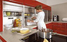 Verdiept aanrecht achter rolluik, om bv keukenapparaten achter te verbergen.