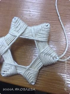 Хочу напомнить стародавний способ изготовления звездочек путем обматывания.  Нам понадобится: -веревка (можно джутовая) -бумажные трубочки -клей -бусинки для украшения фото 8