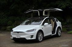 現代に新しく登場する電気自動車には、サプライズとエンターテインメントが必要だ。っとテスラ社を創設したイーロン・マスクが言ったわけではない。すみません、コレはアタシの感想。しかも決してラスベガスみたいなキラキラ&娯楽感覚で「モデルX」を取り上げたいワケでは100%ありません。 テスラにとって3台目の電気