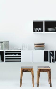 Lang wit dressoir/hangkast langs de muur. Zwevend effect.
