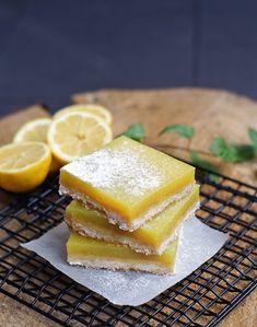 Skvělé citrónové řezy skládající se ze sladkého vanilkového sušenko-korpusu a osvěžující citrónové n | Veganotic Gimme Some Sugar, Dessert Recipes, Desserts, Something Sweet, Going Vegan, Cruelty Free, Cantaloupe, Pineapple, Fruit Cakes