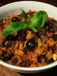 La meilleure recette de Caponata...! L'essayer, c'est l'adopter! 4.5/5 (8 votes), 1 Commentaires. Ingrédients: 0.800 kg d'aubergines, 0.120 L d'huile d'olive, 1 branche de céleri, 1 oignon, 0.300 kg de tomates, 1.5 CC de sucre semoule, 0.120 L de vinaigre de vin blanc, 1 CS de pignons de pin, 0.100 kg d'olives dénoyautées, 0.025 kg de câpres, 1 CS de raisins de Corinthe, quelques feuilles de basilic pour la déco