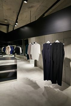 issey miyake homme plisse store by naoto fukasawa transforms a concrete building in Japan Cool Retail, Retail Shop, Retail Interior, Interior And Exterior, Interior Design, Issey Miyake, Display Design, Store Design, Naoto Fukasawa