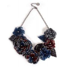 Collar crochet Lavish flores rojas y azules www.sanci.es