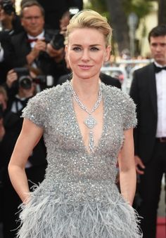 Naomi Watts accessorized her feather and sequin gray dress at Cannes Film Festival with a diamond cuff bracelet and amazing diamond necklace which fell into her plunging neckline. Naomi Watts, Diane Kruger, Sophia Loren, Cannes Film Festival 2015, Cannes 2015, Elie Saab Couture, Star Wars, Actrices Hollywood, Red Carpet Looks