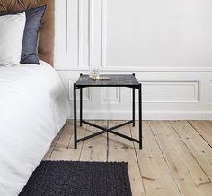 Sidebord i sort marmor med sorte beslag. Anvendes som lille sofabord, sidebord eller natbord. 2900kr