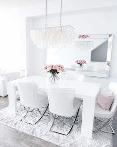 Iso peili ruokailutilassa tuo valoa ja lisää syvyyttä. Samalla se heijastaa kauniisti tilan vähäisetkin yksityiskohdat näyttävämmin esiin. Dining Room, Dining Table, H & M Home, Home Kitchens, Villa, Chair, Interior, Instagram Posts, Furniture