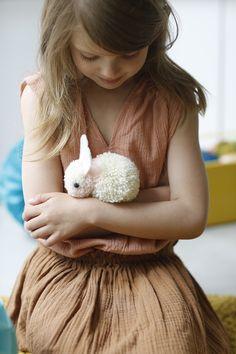 DIY pompons : un doudou petit lapin pour les kids - Marie Claire Idées Pom Pom Crafts, Yarn Crafts, Diy And Crafts, Ostergeschenk Diy, Diy Pompon, Diy For Kids, Crafts For Kids, Felt Ball Rug, Boyfriend Crafts