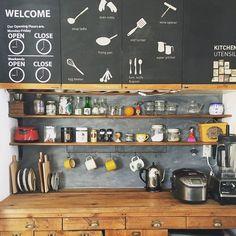 コーヒーと輸入食品のワンダーショップ!KALDI(カルディ)では、リーズナブルで美味しい食料品が手に入ることで人気ですよね。なかでも調味料はかなり使える!とネットでも話題に。美味しい活用術と併せて、ご紹介いたします。 Small Space Design, Small Space Living, Small Spaces, Kitchen Tools, Kitchen Cabinets, Kitchen Appliances, Kitchens, Closed Kitchen, Egg Beaters