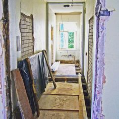 2/15 Tästä se alkoi. Kyseessä on satavuotias vuokrakasarmi jonka alakerta on tiilirunkoinen. Alapohja on puinen rossipohja jossa hirret ovat kantavana osana. Uusi kylpyhuone sijoitettiin alakerran keskikäytävän puolikkaaseen. Toiselle puolelle metallirankaa jäi viereisen asunnon alkovi.
