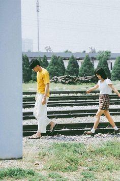 Mẫu đẹp, tình thơ: bộ ảnh này đang khiến hội FA sốt hết cả ruột vì quá xinh xắn và lãng mạn - Ảnh 1. Couple Portraits, Couple Posing, Couple Shoot, Pre Wedding Poses, Pre Wedding Photoshoot, Japanese Couple, Photographie Portrait Inspiration, Japanese Photography, Vintage Couples