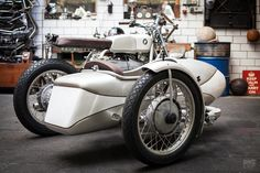 BMW motorcycle with sidecar by Kingston Custom Custom Motorcycles, Custom Bikes, Twin Disc, Bavarian Motor Works, Bmw Cafe Racer, R80, Gt Cars, Moto Guzzi, Classic Cocktails