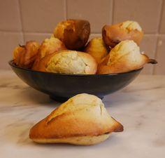 Ah les madeleines … J'aime vraiment ça ! Aujourd'hui j'ai testé des madeleines vegan pistache, absolument à tomber ! Elles sont donc sans gluten, sans lactose, vegan et (très) allégées. La pistache est vraiment l'une de mes saveurs favorites alors autant vous dire que ces madeleines ont été un coup …