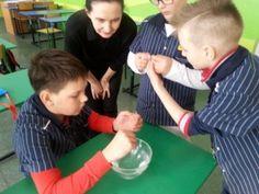 Uczniowie piątych klas uczęszczają na zajęcia dodatkowe z przyrody u pani Celiny Kuczyńskiej, gdzie oprócz tradycyjnej nauki, wykonują różne eksperymenty. Ostatnio uczestnicy kółka badali, w jak sposób drobne przedmioty utrzymują się na powierzchni wody. Celine, Children, Kids, Sons, Child, Babies, Infant