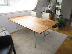 #Tisch in #Nußbaum und #Glasgestell