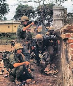 """USMC gunner during the battle for Hue, South Vietnam, """"Fighting house-to-house is the dirtiest of all fighting,"""" said Maj Ron… Vietnam History, Vietnam War Photos, Military Art, Military History, North Vietnam, War Photography, Us Marine Corps, Us Marines, American War"""
