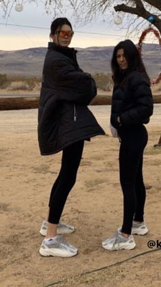 Kourtney Kendall Jenner posiert in YEEZY Sneakers How To Select A Humidifier Cool winter air can be Robert Kardashian, Khloe Kardashian, Estilo Kardashian, Kardashian Kollection, Kendall And Kourtney, Kendall Jenner Body, Kendall Jenner Outfits, Kris Jenner, Kendall Jenner Adidas