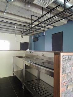 キッチン事例:男の厨房らしく業務用キッチンを設置(三鷹市T邸 _削ぎ落とすリノベーション)