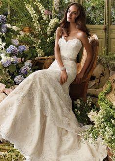 Vestido de novia color blanco marfil con escote corazón y encaje con brillos.