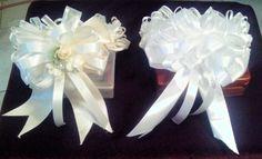 Coronas chicas de color beige y blanco de Primera Comunión para colocarse en el chongo o cola de caballo y se fijan con peineta.