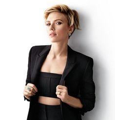 """coupe au carré """"Fake Bob"""" avec frange courte et top noir, pantalon et veste assortis - Scarlett Johansson"""