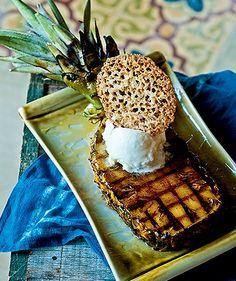Abacaxi grelhado ao caramelo de gengibre com sorvete de tapioca e renda de amêndoas (Foto: Ricardo Corrêa/Editora Globo)