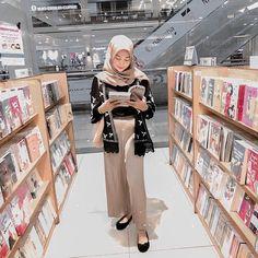 Airport Fashion Kpop, Street Hijab Fashion, Muslim Fashion, Ootd Fashion, Modest Fashion, Fashion Outfits, Modest Outfits, Modest Clothing, Modest Dresses