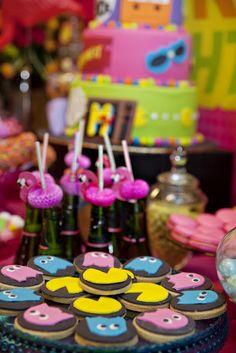 Galletas y refrescos para una fiesta años 80 / Cookies and straws for an 80s party