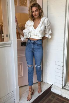 Discover Spring Outfits With Jeans - outfits , Casual Chic Style. Jeans, white blouse with ruffles and strap sandals Source by emkafile. Jean Outfits, Chic Outfits, Spring Outfits, Outfits Primavera, Outfit Jeans, Look Fashion, Fashion Models, Womens Fashion, Jeans Fashion