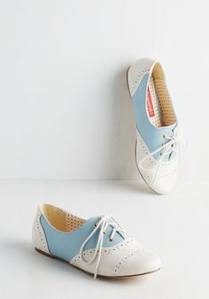 Skipping Through the City Flat in Blue. Take on your city like a tourist would and skip down your street in these pale blue flats from Bait Footwear! Vintage Shoes, Vintage Outfits, Vintage Fashion, Retro Vintage, Vintage Ideas, Vintage Clothing, Saddle Shoes, Shoe Boots, Shoe Bag