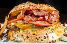 """În ciuda numelui, nu este un preparat de fast food. Hamburgerul de casă este perfect pentru """"carnivorii"""" care nu vor să servească """"junk food"""". Din Portofoliul Gallart pentru Pub și Bistro."""