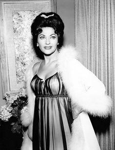 Yvonne de Carlo appearing on BURKE'S LAW Old Hollywood Stars, Old Hollywood Glamour, Hollywood Actor, Vintage Glamour, Vintage Hollywood, Vintage Beauty, Hollywood Actresses, Classic Hollywood, Vintage Lingerie