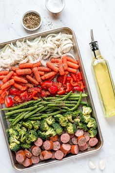 Sheet Pan Roasted Veggies and Sausage - - Super easy dinner recipe for a busy weeknight! Clean Eating Snacks, Healthy Eating, Plats Healthy, Super Easy Dinner, Recipe Sheets, Sheet Pan Suppers, Mets, Vegetable Recipes, Veggie Recipes Easy