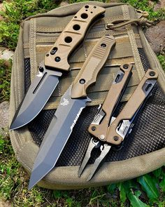 Knives Deal brings a superb collection of tactical knives for sale. These principally designed combat knives are the most handy weapons in the extreme situations. By extreme situations, we mean more unusual than expected scenarios. Cool Knives, Knives And Tools, Knives And Swords, Military Knives, Combat Knives, Edc Tactical, Tactical Knives, Knife Template, Automatic Knives