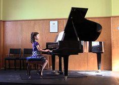 So sánh đàn Piano điện và cơ nên học loại nào tốt hơn